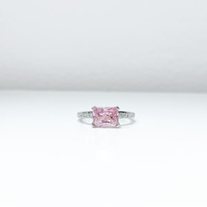 טבעת אבן מרכזית ורודה עדינה